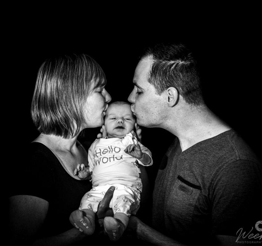 Newborn shoot met ouders door Weers Photography