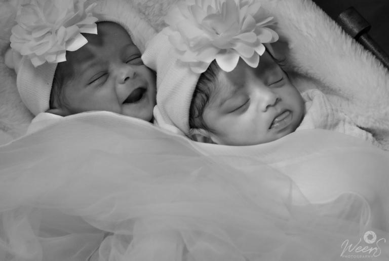 Newborn shoot tweeling door Weers Photography