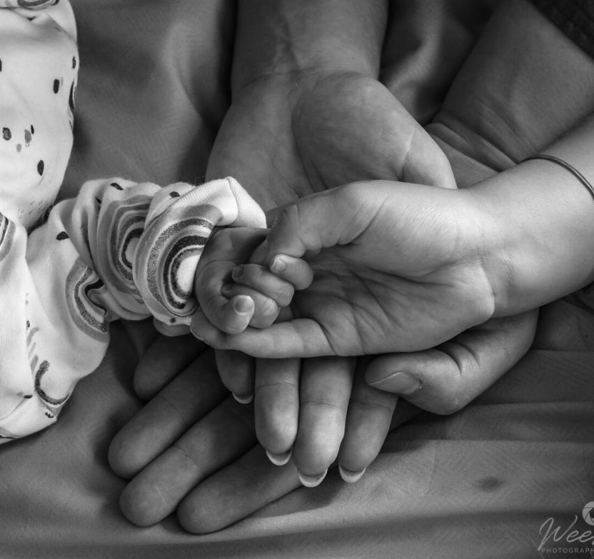 Newborn shoot met familie door Weers Photography